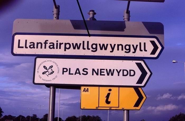 La forme courte de Llanfairpwllgwyngyllgogerychwyrndrobwllllantysiliogogogoch royaume uni
