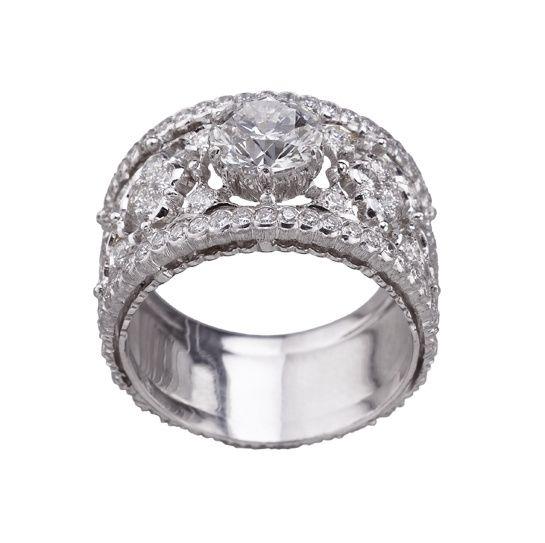 Romanza, les toutes premières bagues de fiançailles signées Buccellati http://www.vogue.fr/mariage/bijoux/diaporama/romanza-les-premieres-bagues-de-fiancailles-signees-buccellati-personnalisable-diamants-solitaires/18449#!5