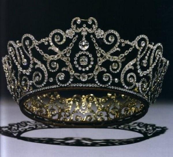 Un altro esempio di tiara reale
