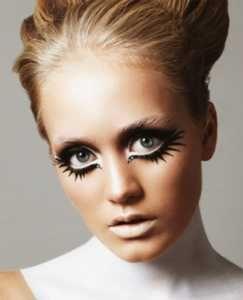 De Twiggy look Het mode icoon uit de jaren '60 maakt haar rentree met haar iconische ooglook. Denk aan heel veel mascara, nog meer nepwimpers en een stevige eyeliner. De key ingredienten voor de ultieme Twiggy eyes. Benieuwd naar deze beauty trend voor winter 2015?http://www.emeral-beautylife.nl/mascara-en-kunstwimpers-de-trend-2015/