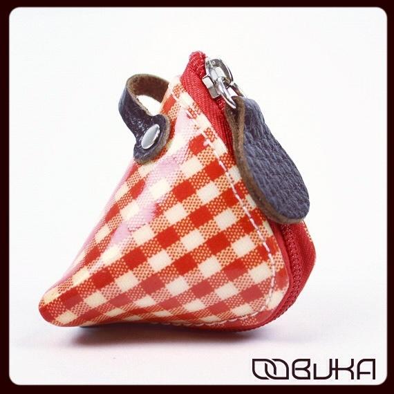 En Neodalia hemos sucumbido a los monederitos Samosa de Oobuka. Éste en vichy rojo es sencillamente genial.  http://www.neodalia.com/es/ventas/monederos-originales