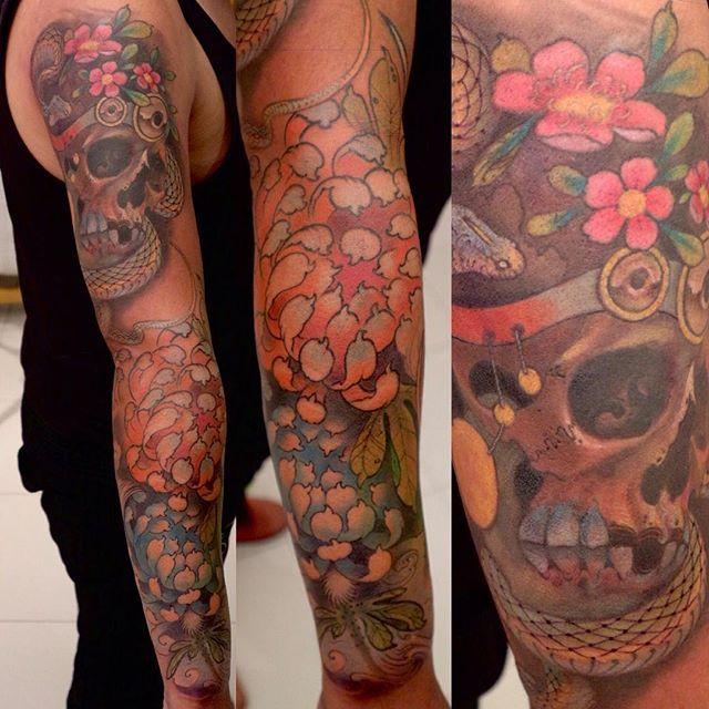 【diegoglazerart】さんのInstagramをピンしています。 《Some freehand sleevage in progress. I love my job #freehand #freehandtattoo #tattoo #art #sleevetattoo #sleeve #fullsleeve #skull #snake #skulltattoo #snaketattoo #cherryblossoms #sakura #scales #pirate #chrysanthemum #chrysanthemumtattoo #chrysanthemums #flower #flowers #flowertattoo #inkedmag #color #teeth》