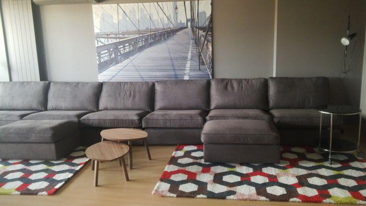 El mobiliario de bajo coste llena este salón de grandes dimensiones.