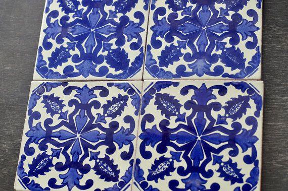 ✔ Acerca de 40 piezas de azulejos ‾‾‾‾‾‾‾‾‾‾‾‾‾‾‾‾‾‾‾‾‾‾‾‾‾ Añade un toque especial a cualquier superficie o proyecto con estos azulejos mexicanos hermosas únicas.  Medidas: 4 x4 pulgadas Usted recibirá una caja de azulejos mexicanos 40 hecho a mano en Talavera (4x4 pulgadas) Usted puede tener a todos de la misma o puede optar por cualquiera de las fichas que aparecen en esta tienda para una caja (40 azulejos). Estos son todos a mano individualmente envueltas en plástico de burbujas…