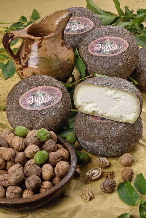 Pecorino Fior di Noce. Di pasta bianca, compatta ed odorosa è un #pecorino stagionato in foglie di #noce - www.canticheese.com