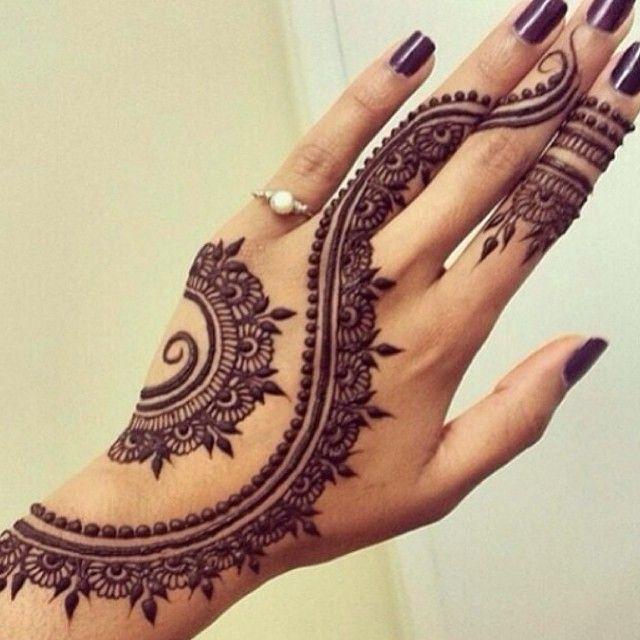 Henna hand tatto