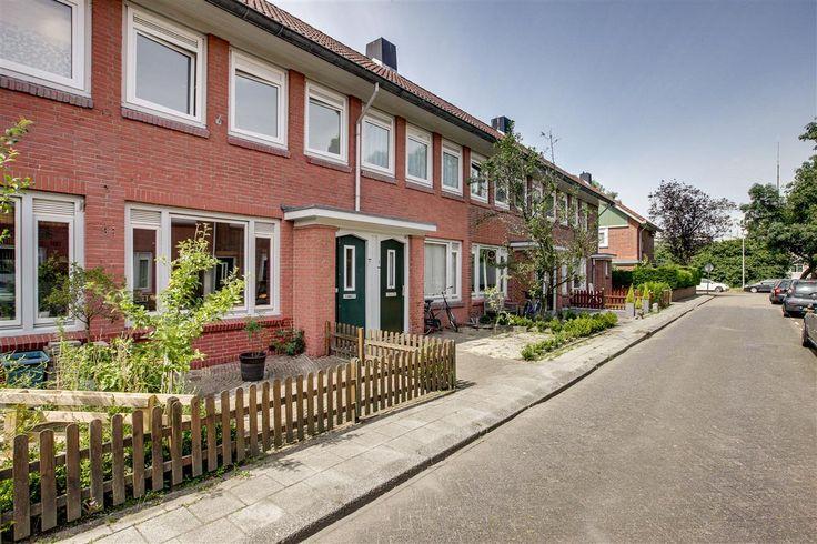 Te koop: Terschellingstraat 27, Amsterdam - Hoekstra en van Eck - Méér makelaar. Heb jij twee rechter handen en ben je klaar voor een nieuwe uitdaging? Dan is dit je kans! Deze woning heeft enige modernisatie nodig. Denk onder andere aan het plaatsen van een nieuwe keuken en het vernieuwen van de badkamer en het toilet.  Wanneer je grootst wilt verbouwen kun je uiteraard de woning extra isoleren, eventueel uitbouwen, een open keuken realiseren of openslaande tuindeuren plaatsen.