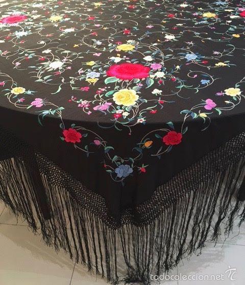 Antigüedades: Mantón de Manila antiguo en seda bordada a mano negro con flores…