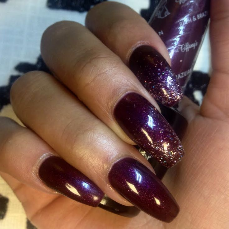 Maeve  glazes her nails to perfection using her gifted OPI #MyBreakfastAtTiffanys GelColor in Rich & Brazilian that she received for being a Preen.Me VIP. Click through to discover this rich burgundy shade.