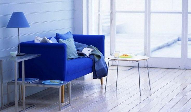 Синий яркий диван в интерьере фото
