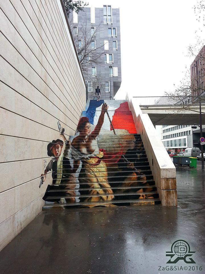 Spectaculaire ! Cette oeuvre peinte en anamorphose par le duo Zag & Sìa est un hommage au célébrissime tableau «La Liberté guidant le peuple» du peintre français Eugène Delacroix. Elle vient de voir le jour dans le 13e arrondissement parisien. . Paris 13 est un musée à ciel ouvert qui attire l'attention des médias internationaux, …
