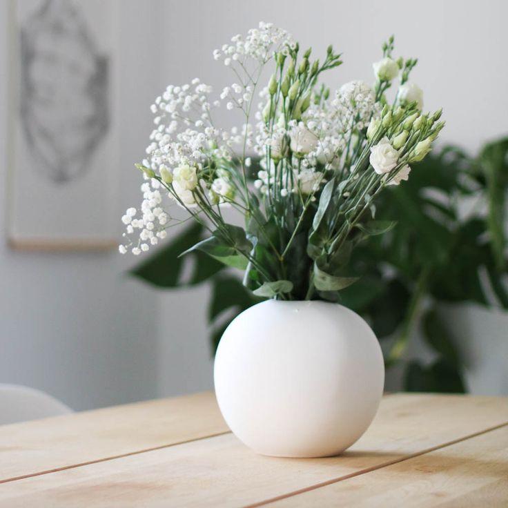En stilren vakker vase håndlaget i porselen fra svenske Cooee, hvit 8cm
