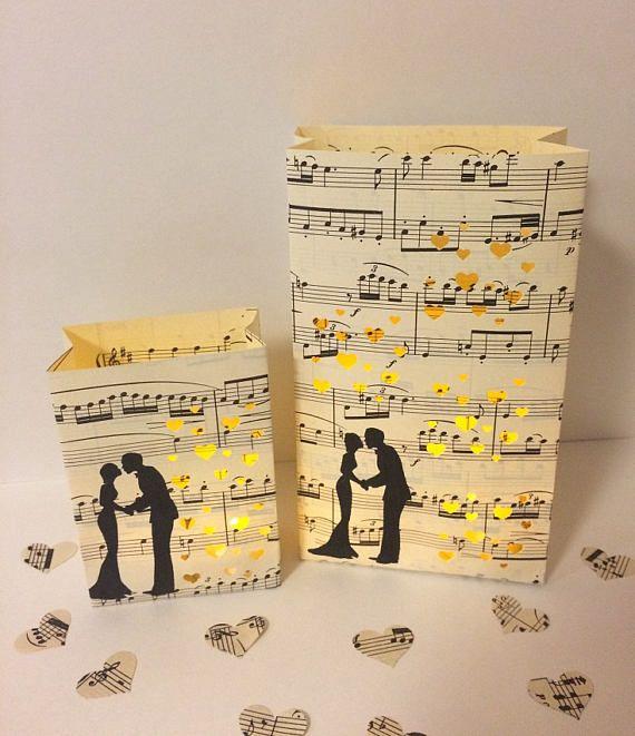 Deze aanbieding is voor 1 luminary zak ouderwets uit vintage bladmuziek! Fotos tonen mijn kleine maat, dat ik doe ook minis en grote tassen. Ik heb verschillende luminary pakketten, doorblader enkel mijn andere aanbiedingen, vooral winkel sectie muziek/bladmuziek armaturen bladmuziek hart confetti is ook beschikbaar in mijn winkel. Ik bied mijn handgemaakte luminary tassen in 3 maten. Mini, kleine en grote. Large staan het dichtst bij de grootte van een traditionele luminary tas. Armatu...