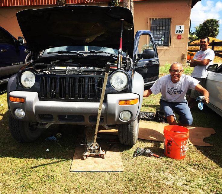 Local mechanic at work  #mechanic #loveehatyoudo #happypeople #florida #sunshinestate #jeep #baseballbat
