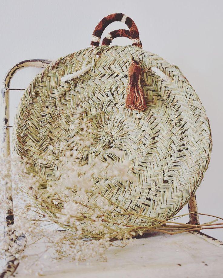 Una mezcla de artesanía en Esparto de aquí con tejidos confeccionados de manera artesanal con tintes naturales a base de barro hojas y corteza de arbol de África Occidental. -Una mezcla de artesanía en Esparto de aquí con tejidos confeccionados de manera artesanal con tintes naturales a base de barro hojas y corteza de arbol de África Occidental. -Colección Bambara- Disponible en la E Shop y en nuestro Corner. #Capazos #CapazosRedondos #HechoEnEspaña #ColeccionBambara #ColeccionPV17…