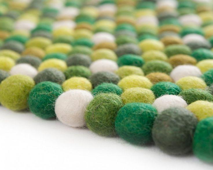 落ち着きのある草木色でお部屋に緑をいかがですか。職人が様々なグラデーションの草木で染め上げた、フェルトボールのラグ「アミータ」。ブラウンとホワイトのフエルトボールもアクセントに加えて、パーフェクトな円形ラグをつくりました。心地よい自然のグリーンでお部屋をセンスアップ。円形もあります。¥33,992から。 http://www.sukhi.jp/rectangle-amita-felt-ball-rug.html #フェルト #フェルトボール #ラグ #カーペット #ネパール #インテリア #エシカルインテリア #エシカル #フェアトレード