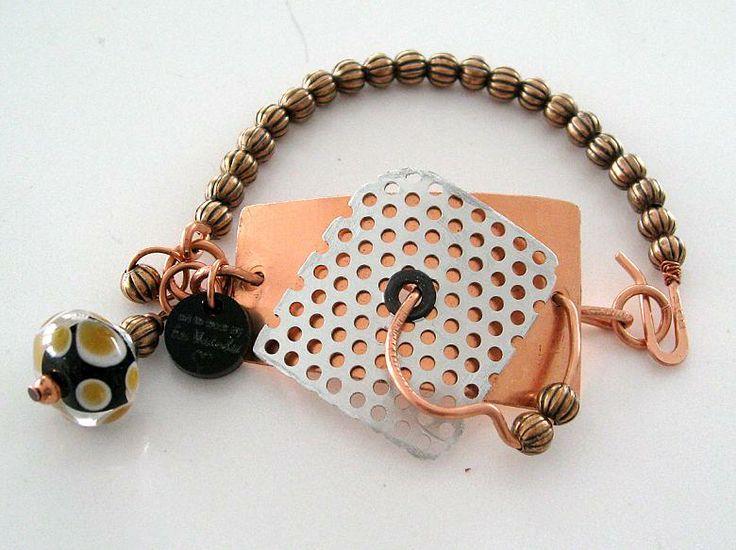 Armband i koppar och aluminium med lampwork pärla.  Bracelet made of copper and aluminium and a lampwork bead.