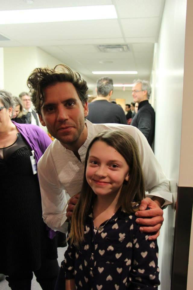 Mika et petit fan in Montréal (backstage OSM, 11 feb 2015)