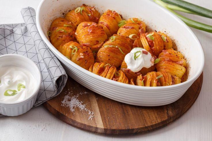 Brambory jsou skvělé ve spoustě kombinací. V úpravě do rozevřeného vějíře můžete přidat čedar, sušenou šunku, česnek i bylinky. Servírujte je jako přílohu nebo hlavní jídlo přímo v zapékací formě.