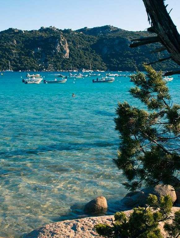 La Corse. La plage de Santa Giulia (Porto Vecchio). Certes, la plage de Santa Giulia est un classique, mais elle n'en demeure pas moins une destination de choix pour partir en famille ou en amoureux.
