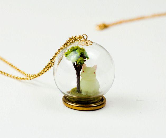 Collier microworld sous globe de verre