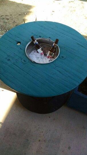 Mesa con contenedor de cervezas en carrete de madera