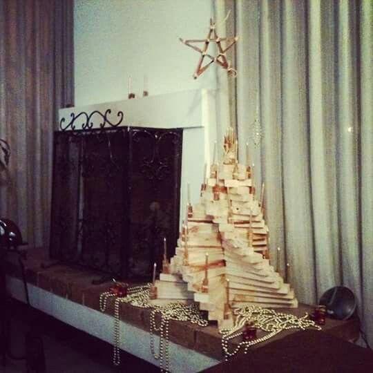 Mi creacion...  Arbol de navidad en madera reciclada para espacio pequeño, adornos en canela y rafia.