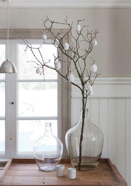 Eine minimalistische Osterdekoration kann von Zweigen mit