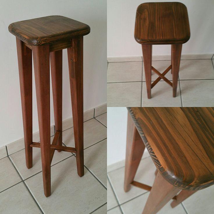 Stile minimalist e raffinatezza. Molto semplice e molto robusto lo sgabello in legno massello.  Possibilità di essere realizzato in diverse altezze, misure, e colore.  Contattatemi con un messaggio . brunatirone@hotmail.it