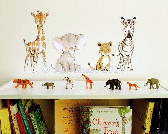 Come unirsi a questi piccoli amici su un safari di avventura!  -Giraffa 1 (11 x 5) -1 elefante (8 x 7) -Zebra 1 (11 x 4) -Cucciolo di Leone 1 (6 x 4)  Fatto da miei dipinti ad acquerello originale, le decalcomanie sono stampate con archivio storico, pigmento inchiostro su adesiva, privo di PVC poliestere/cellulosa misto tessuto. Sicuro da usare su qualsiasi superficie di muro innescata, o non-poroso, le decalcomanie sono riutilizzabili e riposizionabili e possono essere rimosso e riappli...