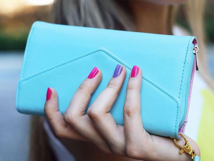 Δερμάτινες Τσάντες με κόστος έως 50€  To asos.com είναι ένα διεθνές e-shop που συγκεντρώνει πάνω από 65.000 προϊόντα διαφόρων σχεδιαστών, τα οποία μπορεί να στείλει σε 234 χώρες. Και γι' αυτό το λόγο έχει λάβει διθυραμβικά σχόλια από διεθνή περιοδικά μόδας όπως το Marie Claire, το Grazia, το Esquire κ.α.