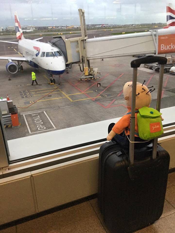 Jules op reis vliegtuig reiskoffer valies