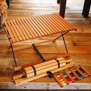 家具デザイナーと木工職人が出会い、作り上げたスタイリッシュなローテーブル。特徴は3つ。1.小さく収納できる2.でこぼこした地面での安定性3.カスタムオーダーが可能1.小さく収納できる ロールトップの天板を外してクルクルと巻けるだけではなく、脚もすべて分解できます。二巻きにして、積載には優しいテーブルです。2.でこぼこした地面でも安定 キャンプ場の地面は凸凹しています。一方で、小さな子供とかがいる時には、テーブルに手をついて立ち上がったりすることもあります。 四隅でしっかりと地面に設置し、かつ凸凹しているところでも安定するように、テーブルの脚の設計を工夫しました。3.カスタムオーダー テーブルの高さ、そしてテープと脚の色のオーダーが可能です。テーブルの高さは、40センチ、45センチ、50センチからお選びください。高さ変更は追加料金がかかりません。テープと脚の色は、黒と白は標準です。それ以外の色をご希望の場合は、色見本からお選びいただき、追加で、「DooGooロールトップテーブルT01 カスタム色」をカートからご購入ください。…