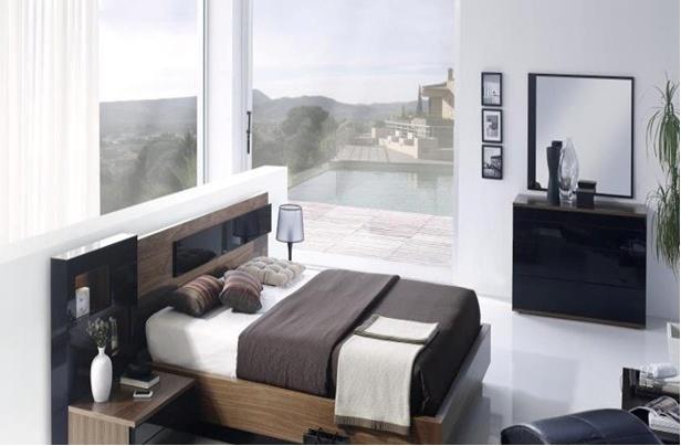 Dormitorio de chapa de nogal y frentes lacados en color negro brillo con: cabecero con luz, bañera, 2 mesillas y cómoda de 4 cajones.