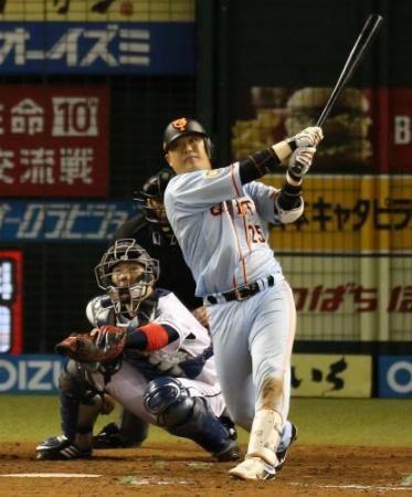 <西・巨>9回2死満塁、走者一掃となる右前適時打を放つ巨人・村田