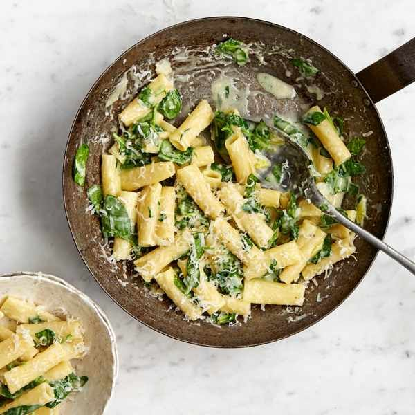 One-pot pasta with goat's cheese and spinach