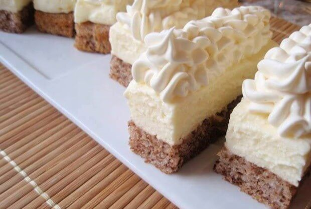 Lahodný zákusok s vanilkovým krémom, orechami a lahodnou čokoládou.Vyskúšajte tento skvelý dezert z jednoduchou prípravou, ktorý bude ozdobou vášho popoludnia.Dobrú chuť, priatelia! Ingrediencie: 1 vajce 1 šálka cukru 1 šálka mlieka 1 šálka mletých orechov ½ šálky oleja 1 šálka polohrubej múky 1 bal. vanilkového cukru 1 bal. prášku do pečiva Náplň: 150 g zmäknutého masla 600 ml mlieka 5