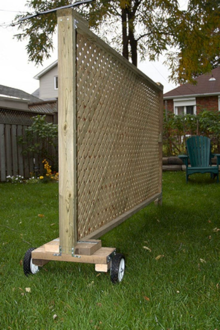 Best 25 pallet privacy fences ideas on pinterest for Wood pallet privacy walls