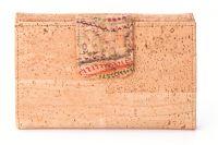 Verspielte große Damengeldbörse in heller Ausführung. Die Klappen für Münz- und Scheinfach sind mit bunten floralen Motiven bedruckt. www.korkstyle.de