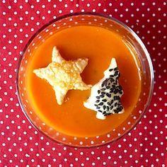 Mooi in kerstkleur, deze paprika-tomatensoep! Zeker met deze vrolijke bladerdeeghapjes erbij, staat hij prima op de kersttafel! Leuk recept voor kinderen. http://dekinderkookshop.nl/recipe-items/kerstsoep-met-bladerdeeghapjes/  Easy and simple christmas soup for kids! Fun recipe to make soups with tomatoes and paprika, extra fun with christmas croutons.