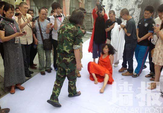 지난 6월 중국의 여성 행위예술가 옌인훙(嚴隱鴻)이 하이안(海安)에서 행위예술 공연을 하는 도중 성추행을 당해 논란이 되고 있다.