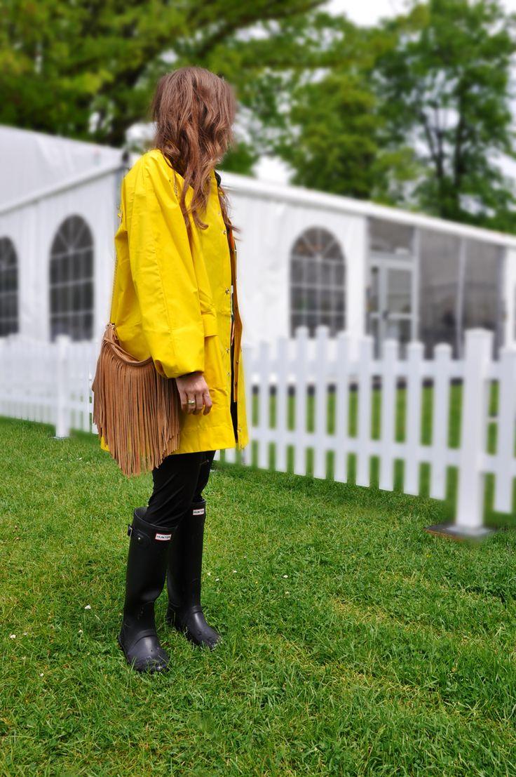 Eine gelbe Regenjacke von La Redoute mit einem Shirt von H&M, Leggings von Zalando, eine Tasche mit Fransen von Amazon, Hunterboots und einen Sonnenbrille vom Flohmarkt.