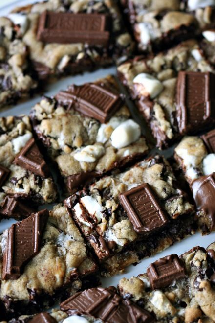 I'm addicted to chocolate and marshmallow together. smores cookie bars recipe, yum!
