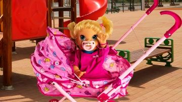Куклы видео Пупсик Бэби Элайв Едет в Коляске Соня на прогулке  Baby Alive на русском http://video-kid.com/9528-kukly-video-pupsik-bebi-elaiv-edet-v-koljaske-sonja-na-progulke-baby-alive-na-russkom.html  Сонечка очень любит кататься в своей кукольной коляске.На прогулке она увидит много интересного и попробует мороженое ,которое я слепила из пластилина Плей До.Еще видео с пупсиками: Соня в гостях Эльза из Холодного Сердца кукла кушает и ходит на горшокТакже на моем канале Вы можете увидеть…