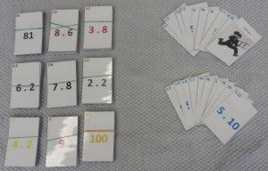 V montessori barevném kódování. Pro samostatnou práci lze využít jako párování příkladu s výsledkem.