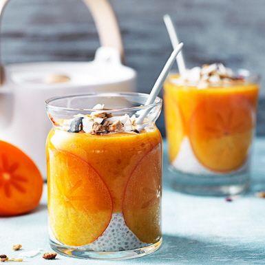Först ett lager chiapudding med smak av vanilj. Sedan en krämig smoothie med sharon, mango, banan och apelsinjuice. Varför välja, när man kan få två favoriter i en? Snyggt blir det också i glaset – särskilt när du först klär insidan med tunt skivad sharon.