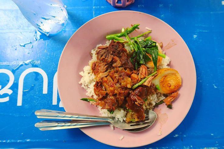 お腹空いたからタイ飯で目の保養 ムーパロー豚のトロトロ煮乗せご飯 中国人が行列つくるメニュー 八角抜けばもっと美味しいと思うんだけど . . #thailand #chiangmai  #thaifood #food #foodie #trip #scenery #タイ #チェンマイ #チェンマイ暮らし #タイ料理 #旅 #風景 #世界のごはん