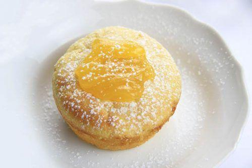 Ideale come dessert le tortine di ricotta sono servite con una glassa morbida e cremosa al limone
