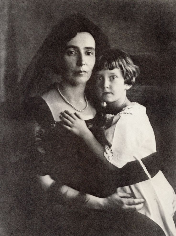 Delta Zeta Founder Julia Bishop Coleman, had two DZ legacies. Her oldest daughter, Mary Coleman, was the 1933 Convention Initiate. And in 1936 her younger daughter, Jean Coleman Lisle, pictured here with her mother as a girl, was also a Convention Initiate.