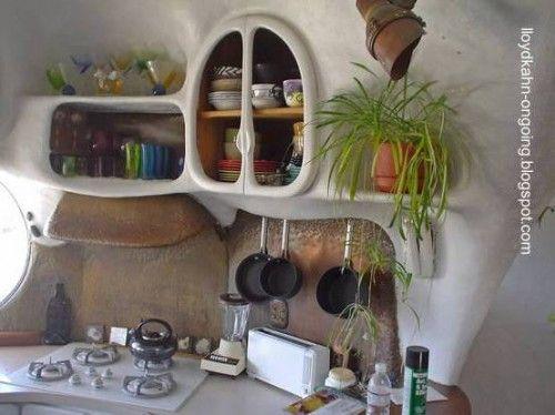 Cob kitchen - Diseño interior de formas orgánicas en una cocina con paredes y diseño de adobe